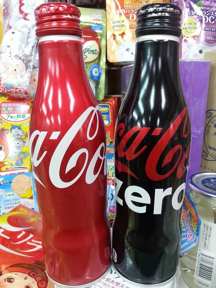 有樂町進口食品  純收藏 勿飲用 COCACOLA日本 100th紀念曲線瓶可口可樂 鋁罐 紅&黑 250cc各一罐4902102114561 - 限時優惠好康折扣