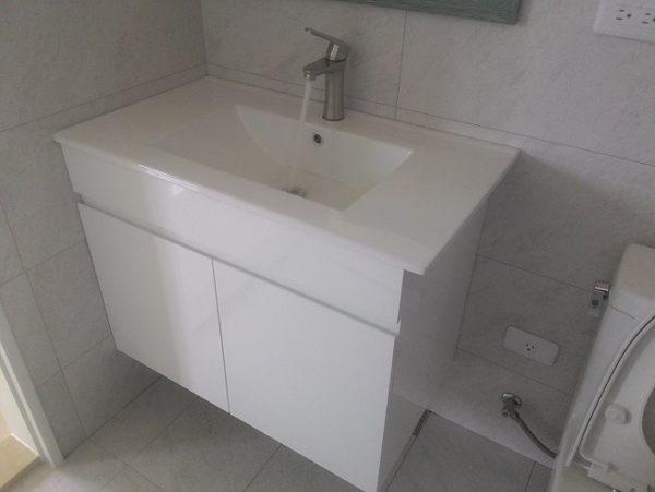 洗臉盆+浴櫃(吊櫃)+水龍頭+全部配件 寬80x深46x高62cm 100%防水PVC發泡板鋼琴烤漆