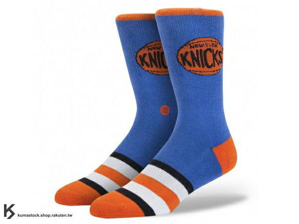 2013 美國加州 襪子 品牌 STANCE SOCKS x NBA 官方授權 NBA HARDWOOD 球隊系列 NEW YORK KNICKS NYC 紐約 尼克 藍橘 LOGO 中長筒襪 (M313AKNI) !