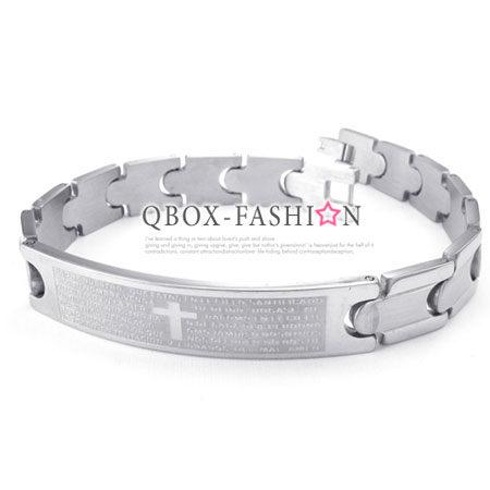 《QBOX 》FASHION 飾品【W10024487】精緻個性西班牙經文十字盾面316L鈦鋼手鍊/手環