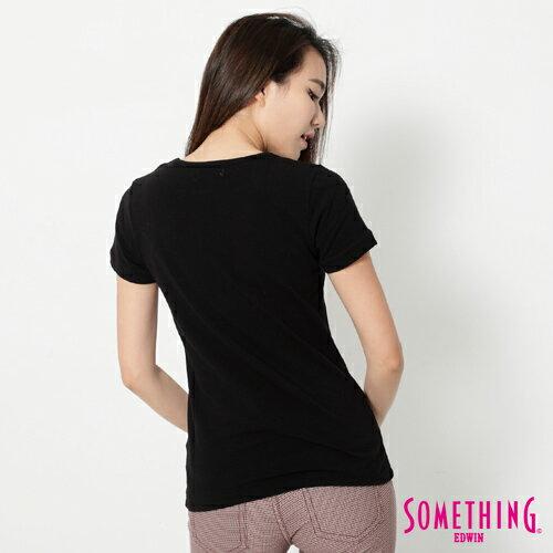 【週年慶。8折優惠↘】SOMETHING 花卉文字相版 合身U領T恤-女款 黑色 1