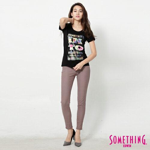 【週年慶。8折優惠↘】SOMETHING 花卉文字相版 合身U領T恤-女款 黑色 2