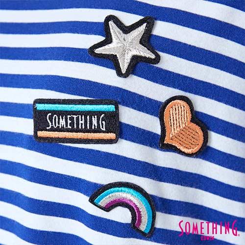 【週年慶。8折優惠↘】SOMETHING 童趣貼標 蕾絲橫條T恤 -女款 藍色 4