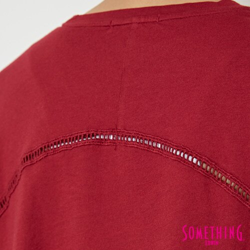 【週年慶。8折優惠↘】SOMETHING  復古印花 寬版T恤-女款 暗紅 5
