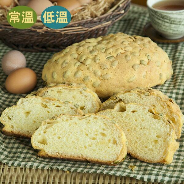 [蕃薯藤]黃金南瓜子麵包(T-W/C)使用蜂蜜與雞蛋做出麵包體上薄脆黃金酥皮,再混著南瓜籽,讓柔軟的麵包吃起來有著滿滿的清甜蛋香