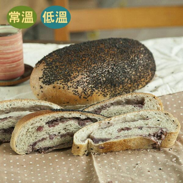 [蕃薯藤]芝麻紅豆麵包(T-W/C)一口咬下,會先品嚐到滿滿的芝麻香,再來會吃爆Q軟的麵包體,其中包含我們自己熬煮的紅豆餡,每一口都天然,喜歡紅豆口味的朋友一定要吃吃看喔!