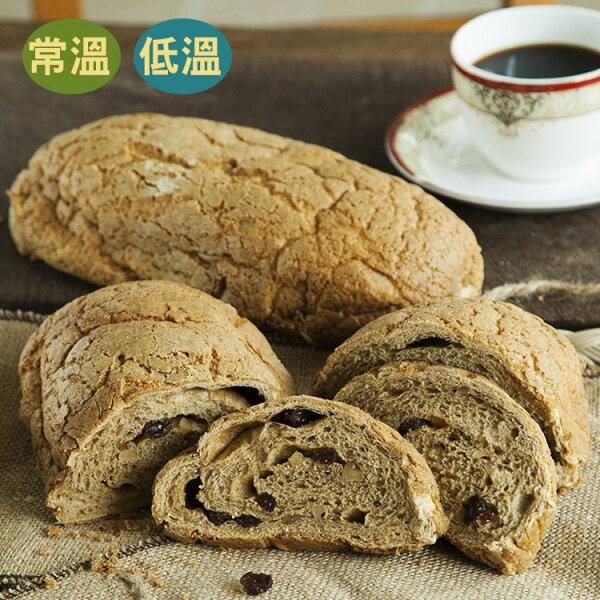 [蕃薯藤] 咖啡核桃麵包(T-W/C)以天然咖啡為基底(非人工香精喔),讓麵包體吃起來酥軟還有著天然咖啡香氣,內餡含有豐富的葡萄乾與核桃,喜愛咖啡的你絕不能錯過它喔!