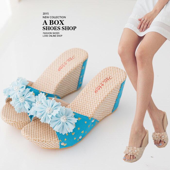格子舖*【ANS747】花朵編織拼接皮革 8CM楔型厚底增高拖鞋 2色 - 限時優惠好康折扣