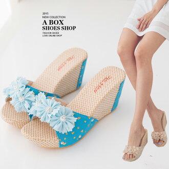 格子舖*【AS747】花朵編織拼接皮革 8CM楔型厚底增高拖鞋 2色