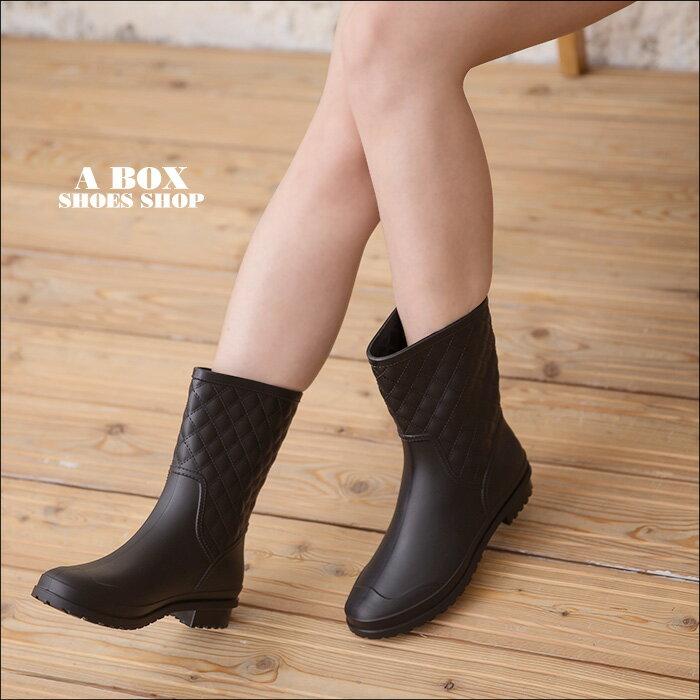 格子舖*【AR008】晴雨兩穿 100%PVC一體成型防水 百搭時尚格菱紋車線  粗低跟耐磨防滑鞋底 中筒雨靴/雨靴 黑色 1