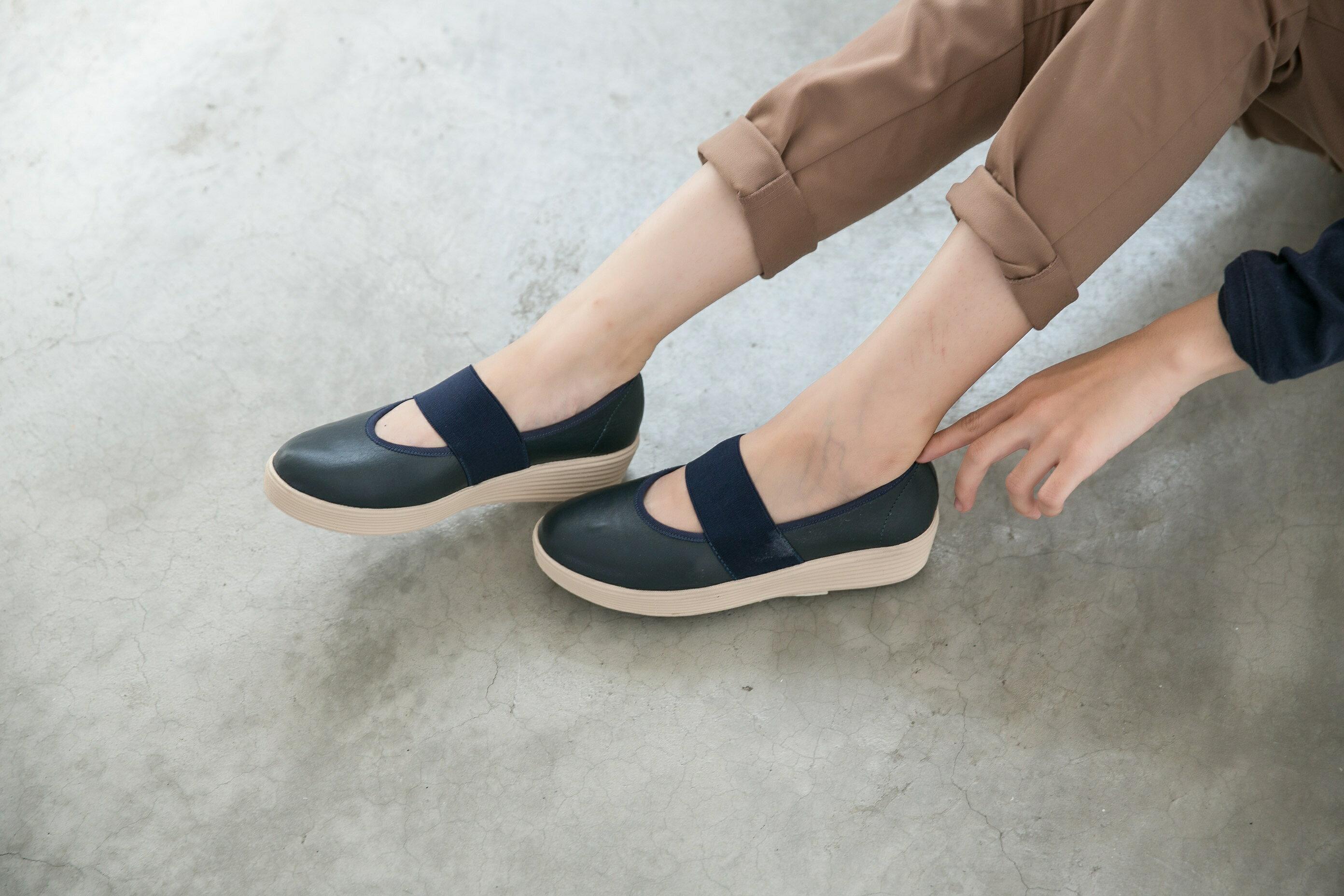 Aimez La Vie 超輕氣墊鞋|圓頭鬆緊帶厚牛皮休閒鞋 0