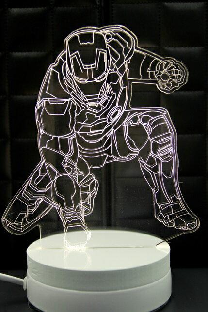 LED  3D立體燈 跪姿鋼鐵人 可變換3種燈色 高雅白色 半木質底座 佳 小夜燈 氣氛燈