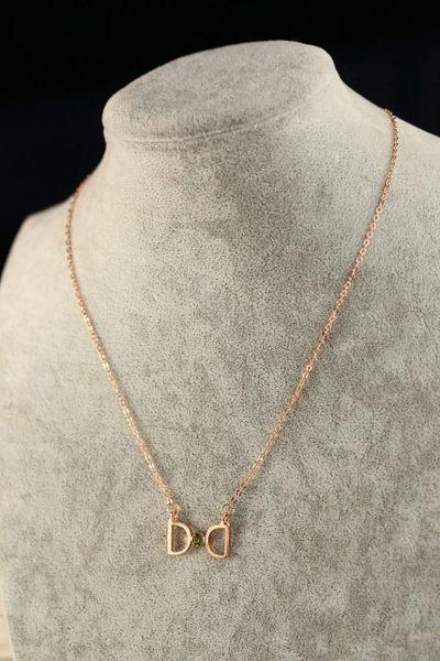 PS Mall╭~韓劇 D字蝴蝶結鈦鋼項鍊 鎖骨鍊 單層玫瑰金~G1559~字母 ~  好