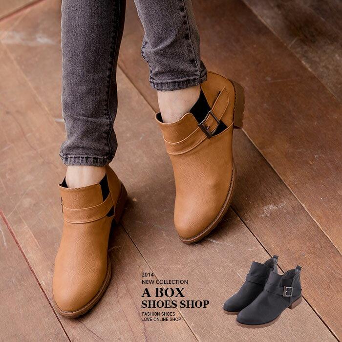 格子舖*【KI699】MIT台灣製 街頭流行 V口鬆緊 皮革金屬拉環 低跟短筒工程短靴 2色 0