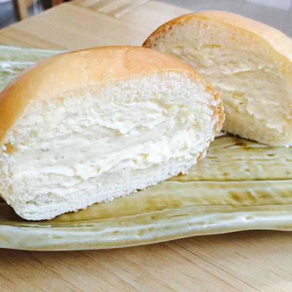 『原味克蕾馬』添加優格酵母麵團,麵包散發著淡淡的優格酸甜香,配上濃郁特製的crema餡料,新鮮的  香草味,香甜,濃郁,綿密。