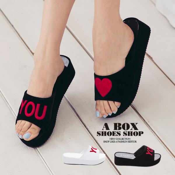 格子舖*【AS6019】嚴選絨布LOVE U愛心字母 4.5CM厚底寬帶一字拖鞋 2色