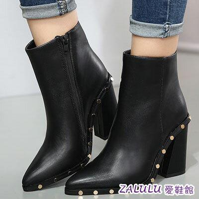 zalulu愛鞋館 IA296 大牌同款好穿 百搭率性鉚釘粗跟亮面短靴 黑 35~39 ~