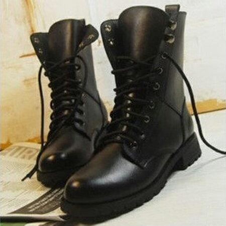 大尺碼靴子〃丁果網舖►新款繫帶馬丁靴機車靴平跟短靴女軍靴子 英倫時尚帥氣情侶靴