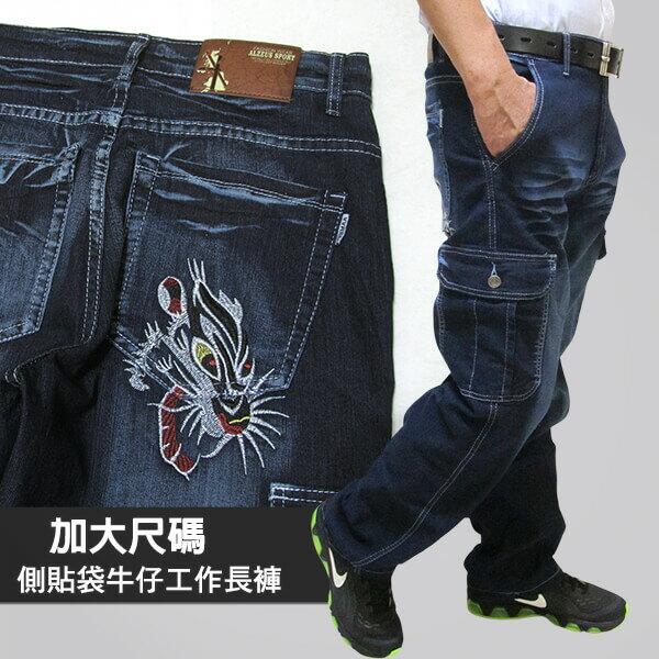 sun-e加大尺碼側貼袋彈性牛仔工作長褲、大尺碼多口袋工作長褲、貓爪刷白牛仔褲、側貼袋丹寧、休閒牛仔褲、單寧長褲、後口袋豹首繡圖、腰圍有皮帶環(褲耳)、褲檔有拉鍊、藍色牛仔褲(321-2190-31)深牛仔 腰圍:M L XL 2L 3L 4L 5L(28~41英吋) [實體店面保障]