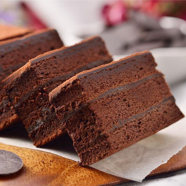 【喬伊絲♥絲博生巧克力蛋糕】選用來自馬來西亞頂級絲博巧克力,加上法國進口總統牌鮮奶油,以獨家配方製成香濃滑順甘納許,經過一晚的自然熟成,搭配上使用大量絲博巧克力製成的巧克力蛋糕,造就這塊看似平凡,品嚐起來卻充滿濃郁巧克力香醇不甜膩的口感。※團購、伴手禮、聚會、彌月首選#團購美食