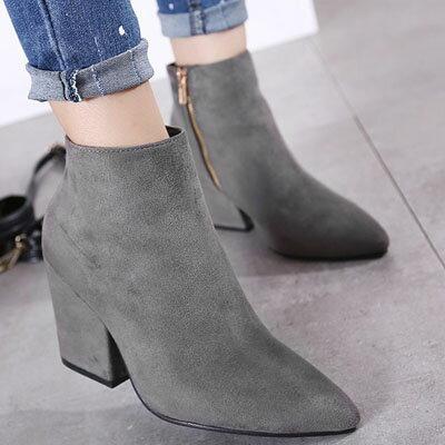 ☼zalulu愛鞋館☼ IA191 獨特風格尖頭側拉鍊復古粗厚跟磨砂面素面短靴~黑 灰~3