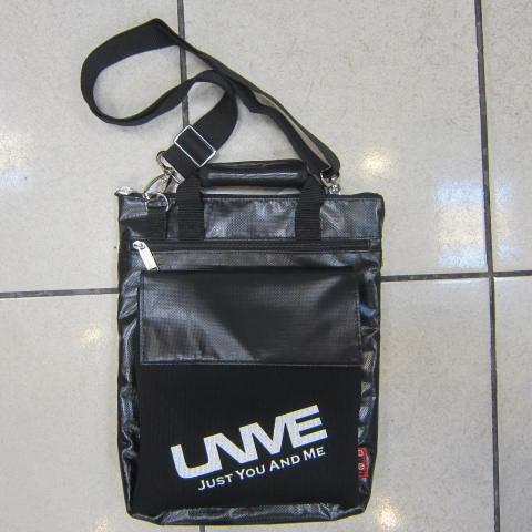 ~雪黛屋~UNME 側背包 可手提肩背斜背正版台灣製造品 防水夾網布可放A4資料夾平板#1132黑(大)