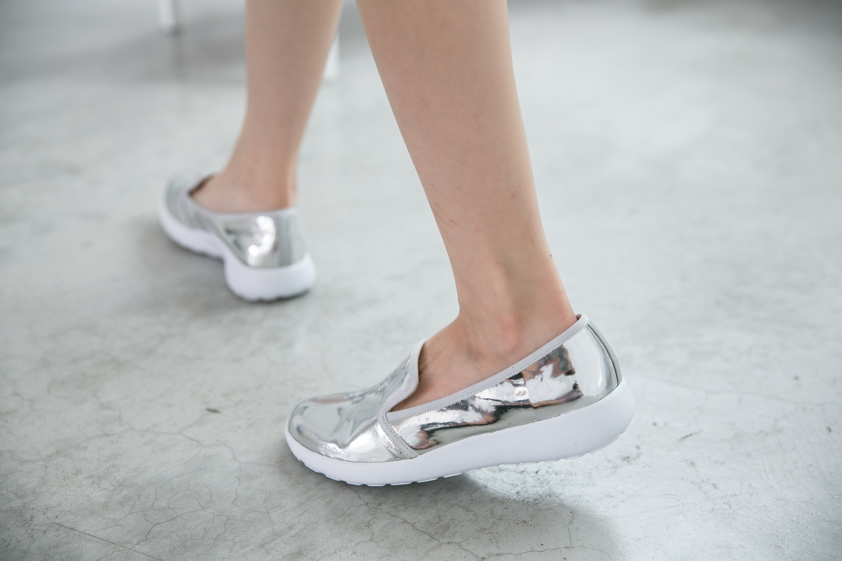 Aimez La Vie 羽量氣墊鞋|韓系時尚金屬光澤輕便樂福懶人鞋 5