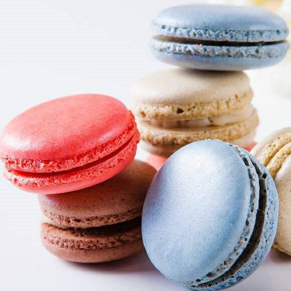 【婚禮小物】10盒馬卡龍禮盒***免運***,(1盒6顆馬卡龍,10盒共計60顆),口味分別為:草莓,蔓越莓,可可,抹茶,香橘,藍莓(隨機出貨)  傳說中少女的酥胸, 嬌嫩的法式小圓餅, 將糖粉、杏仁粉與牛奶混和製作而成, 中間夾入甘納許內餡, 滋味更是讓人魂牽夢縈。  細膩、圓周的特有皺褶, 彷彿少女穿上蓬裙般俏麗, 入口濕度適中,綿密可期, 將幸福化在嘴裡,甜在心裡。
