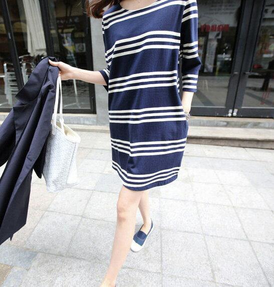 洋裝 艾爾莎 經典寬鬆條紋下擺小開叉五分袖連身裙【TQT0037】 1
