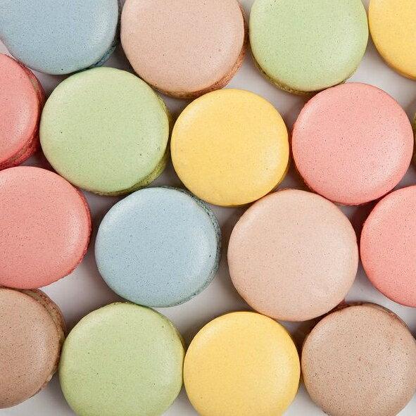 【婚禮小物】5盒馬卡龍,(1盒6顆馬卡龍,5盒共計30顆),口味分別為:草莓,蔓越莓,可可,抹茶,香橘,藍莓(隨機出貨)  傳說中少女的酥胸, 嬌嫩的法式小圓餅, 將糖粉、杏仁粉與牛奶混和製作而成, 中間夾入甘納許內餡, 滋味更是讓人魂牽夢縈。  細膩、圓周的特有皺褶, 彷彿少女穿上蓬裙般俏麗, 入口濕度適中,綿密可期, 將幸福化在嘴裡,甜在心裡。