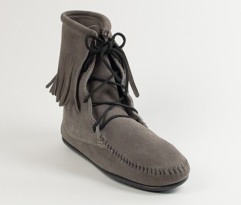 【Minnetonka 莫卡辛】灰色  - 經典綁帶流蘇短靴 0