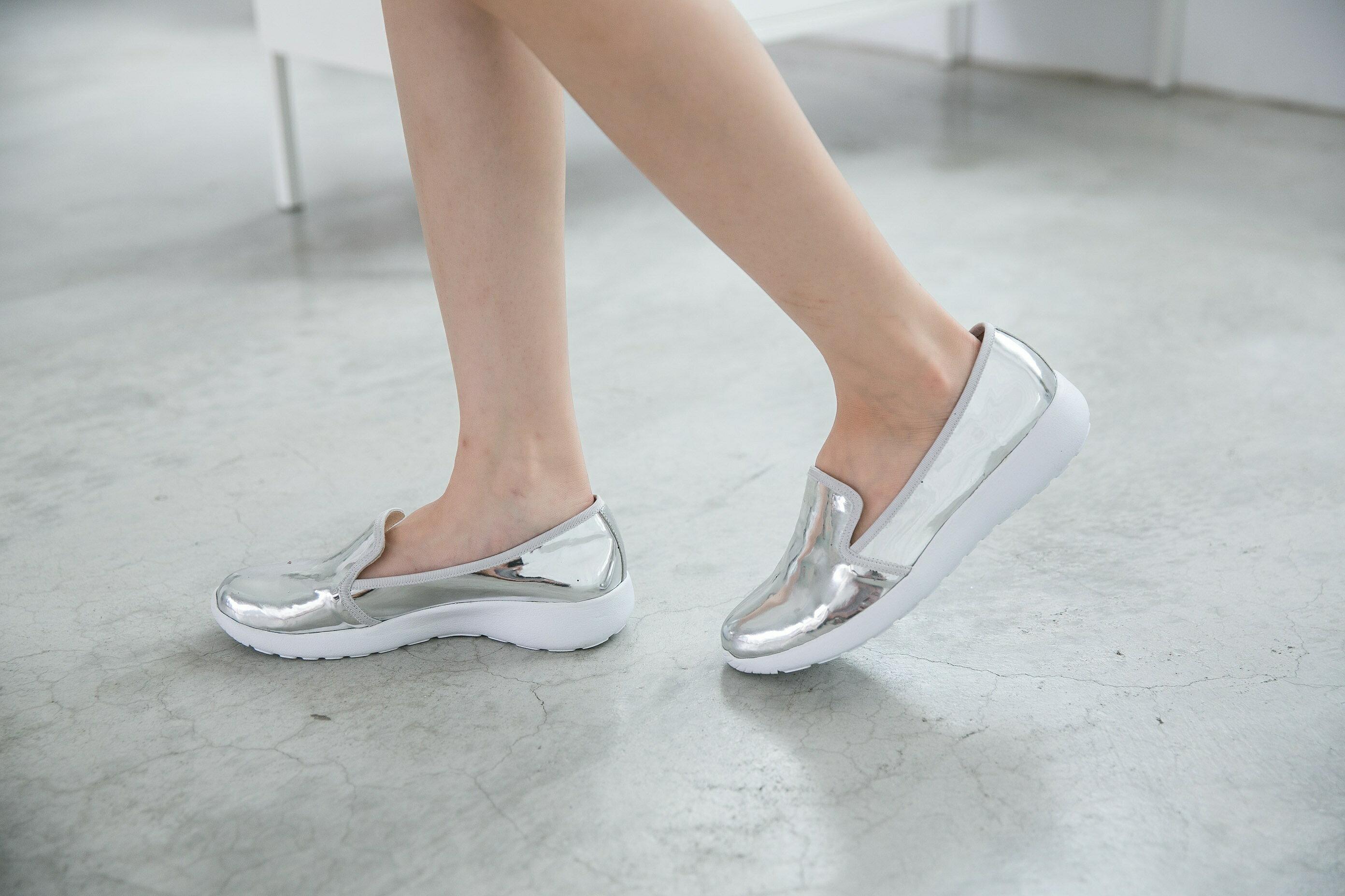 Aimez La Vie 羽量氣墊鞋|韓系時尚金屬光澤輕便樂福懶人鞋 4