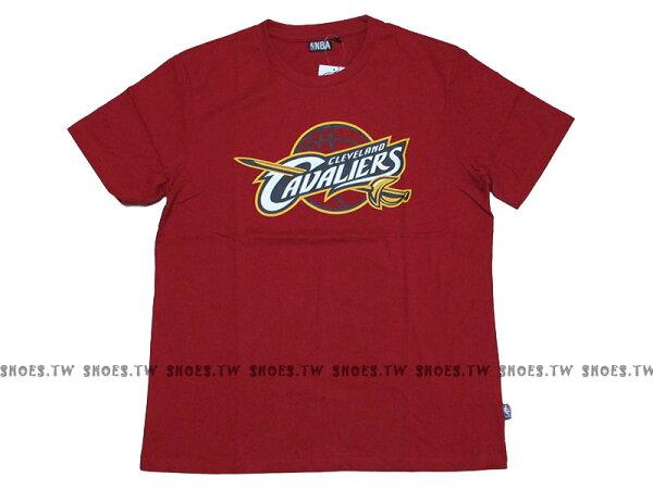 《換季折扣》Shoestw【8330216-011】NBA 短袖 T恤 基本款 隊徽LOGO 100%純棉 克里夫蘭 騎士隊 紅