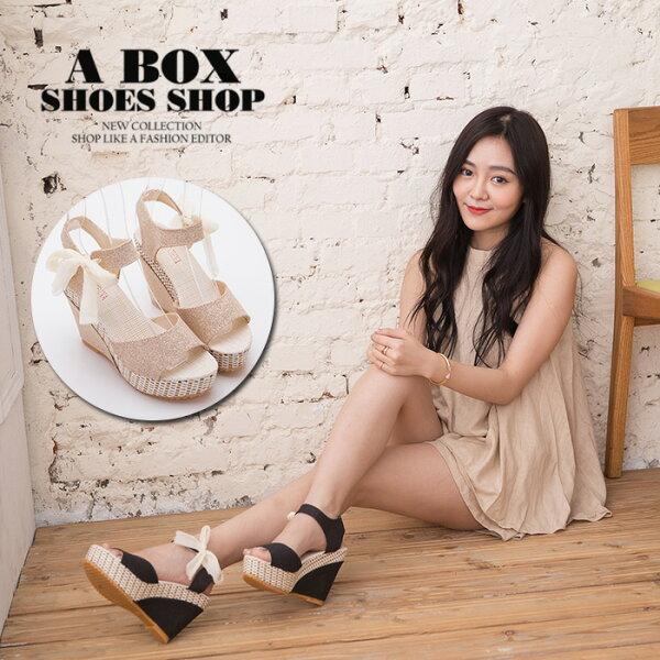 格子舖*【AS805】可愛日系蝴蝶結金蔥材質 防水台前4後11楔形增高 一字涼鞋 2色