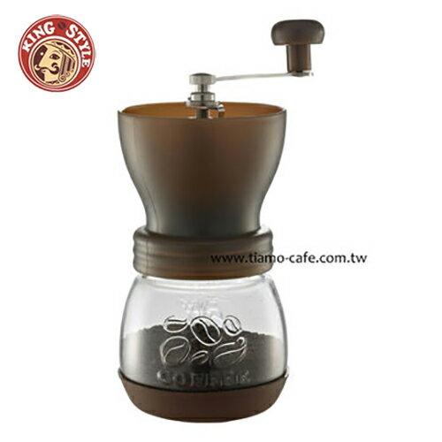 【Tiamo】密封罐陶瓷磨豆機 雕花密封罐設計 手搖磨豆機 (咖啡色)