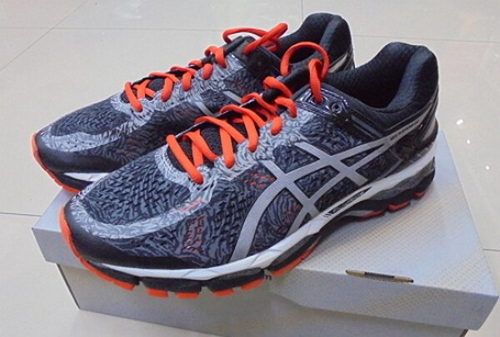 [陽光樂活] ASICS 亞瑟士 男慢跑鞋 GEL-KAYANO 22 LITE-SHOW T5A1N-7393 銀灰x櫻桃紅