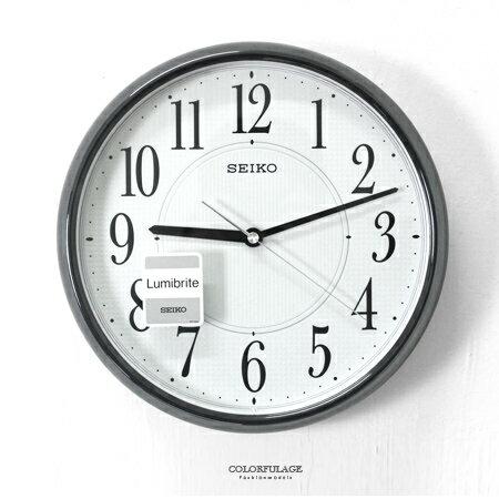 SEIKO精工時鐘 時尚黑灰色夜光面板數字圓形設計掛鐘 簡約沉穩 柒彩年代【NG7】原廠公司貨 - 限時優惠好康折扣