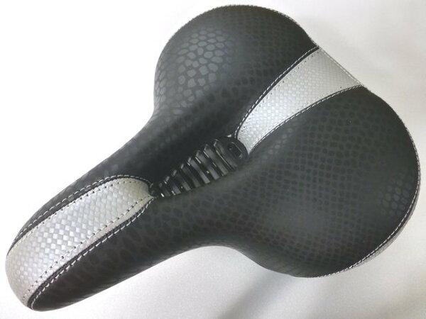 《意生》市場上唯一創新設計全新中空氣體導流 皮面黑底中銀條紋彈簧坐墊 座墊 中空坐墊超舒適超透氣超好坐