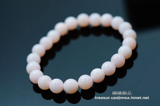 蛋白石是10月的生日寶石。粉紅蛋白石可撫平受創的心靈,有使心靜凝神的功效,增進人緣,發揮個人魅力,能使人心境平和冷靜, 散發高貴氣,粉紅色的能量,可以增進異性緣,增加招來愛情的機會,有美容養顏作用。63.85ct