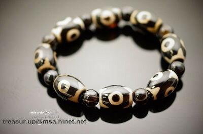 """黑色三眼天珠寶生佛的圖形表徵,則表示些珠能生出一切財寶的意思。功德利益具有增加財富的效益!即天時、人和、"""" 地利 """"的象徵。代表佛之身、口、意圓滿相好一切,可心想事成,並象徵財富不斷,增財添壽,是一顆能圓滿健康與財富的天珠之一。配戴天珠將會使您心想事成、好運當頭,天珠是【賜福報】、【賜平安】、【幫您調氣、運氣、避邪、擋煞】的寶石,當您有任何困難時,天珠會在暗中幫您擋掉一些不必要的劫難,是您的【護身符】更是您的【守財神】!A231"""