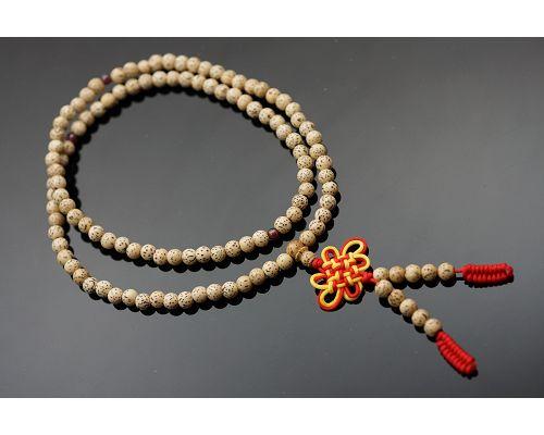 星月菩提子佛珠成為菩提子佛珠的代表,受到四眾弟子的高度推崇,似乎成為佛教徒學佛歷程中的必然需之物。有人認為星月菩提並不起眼,其實不然。因為星月菩提子是一種植物的種子,種子一般都含有豐富的油脂。紅石榴石R45