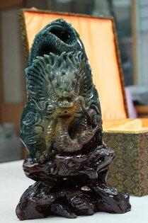 七彩玉雕刻青龍藝術品,採一體成形之雕工,屬相當優質藝術品。
