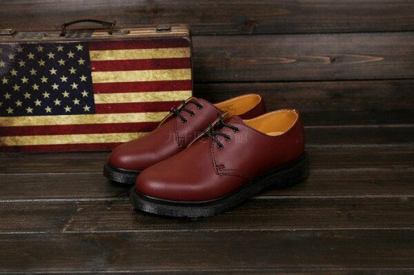 【九十度馬丁管】【兩日到貨】【免運】【3孔櫻桃紅黑底】Dr. Martens馬丁馬汀靴子