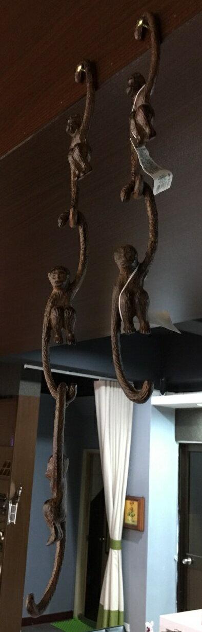 【日本-DULTON】鐵製猴子掛飾-古董棕色的猴子造型掛飾,猴子雙臂形成一上一下的掛鉤,除了單一個拿來掛東西,亦可多個組合串接在一起,即使不吊掛任何東西,亦能成為一般家飾,點綴居家環境 0