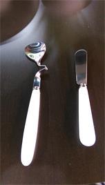 【日本-DULTON】不銹鋼奶油麵包刀(四支入)-適於塗抹奶油及果醬 ,沒有鋒利的刀口,兒童可安心使用,刀身由不銹鋼製造,白色的塑膠握把,輕巧、便利、方便攜帶 2
