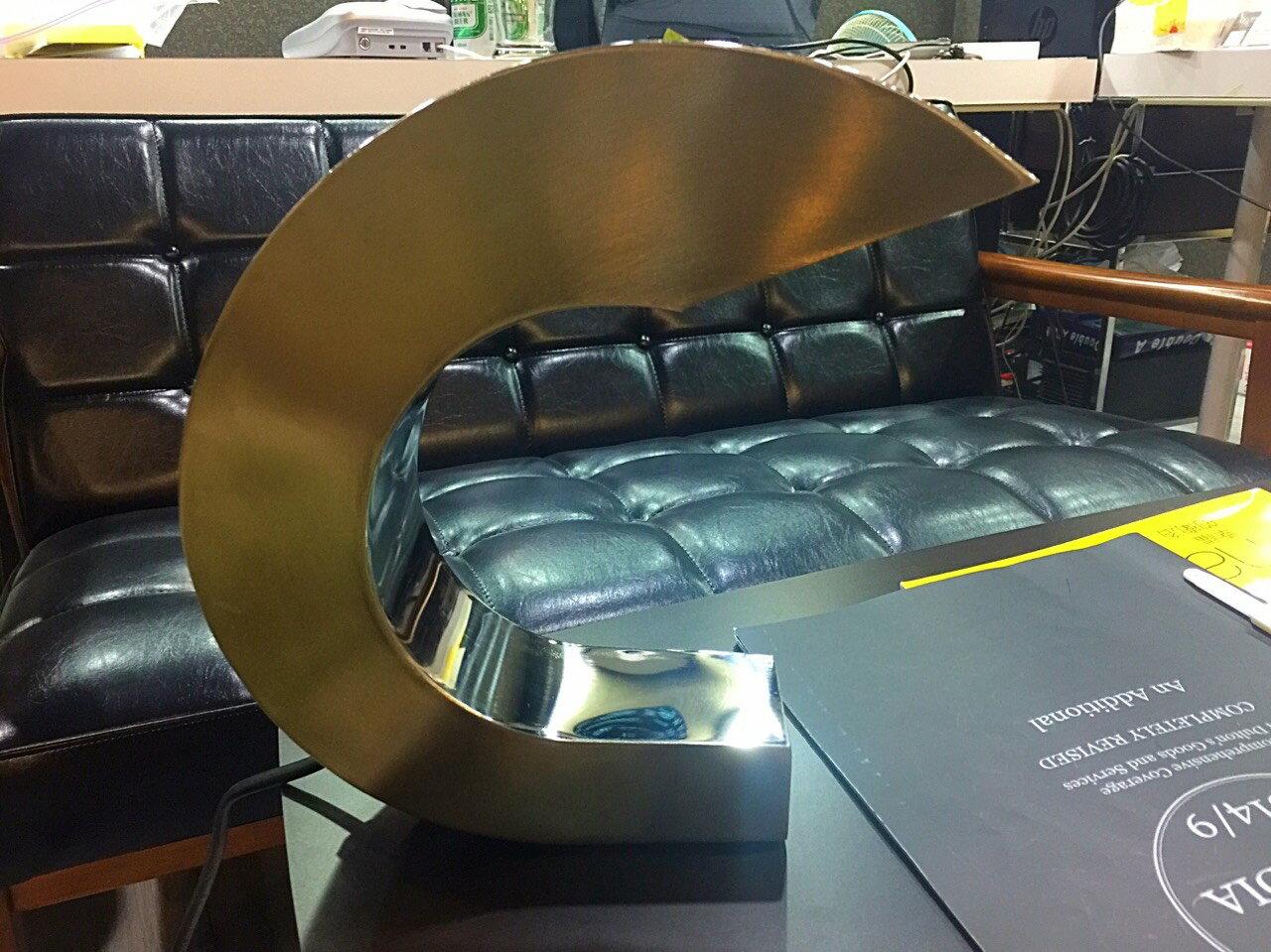 【日本-DULTON】鋁製C型桌燈 / 床頭燈-造型特殊、美觀,既可當桌燈,又可作為點綴用燈,讓您的居家因這盞燈,點亮不一樣的風味 1