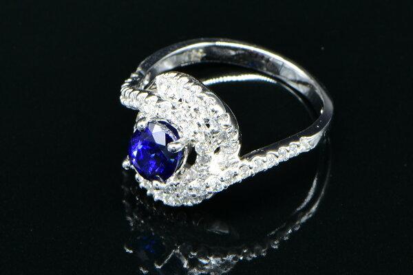 Jade Su Jewelry藍寶石鑽戒,頂級天然藍寶石矢車菊藍1.98克拉,鑲嵌天然南非鑽石52顆總重2克拉,搭配18白K金戒台,附中鼎寶石鑑定書