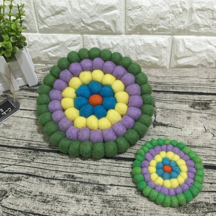 《野餐要買啥》尼泊爾純手工羊毛氈球隔熱墊(綠紫彩虹款)