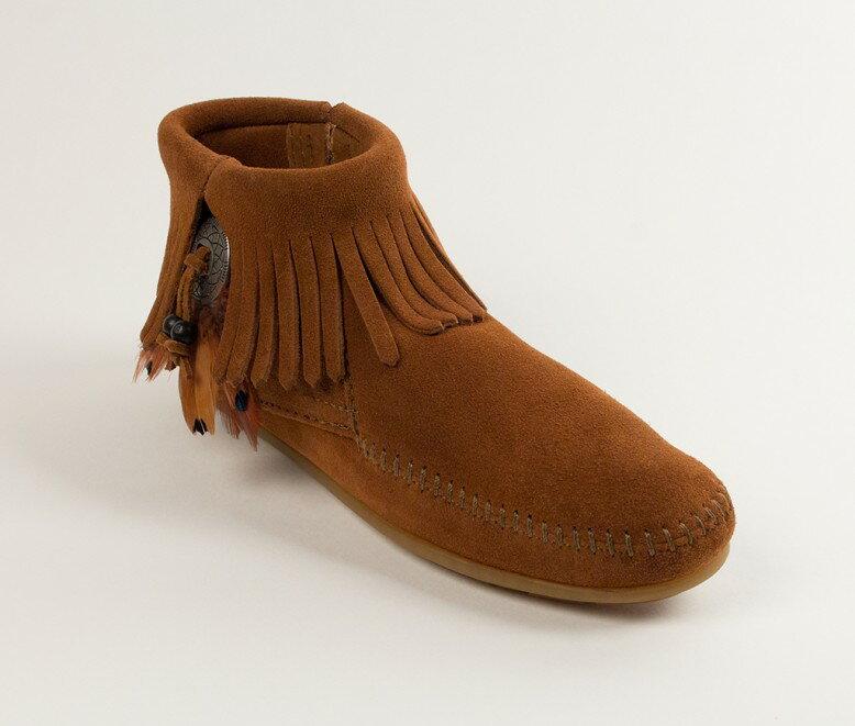【Minnetonka 莫卡辛】棕色  - 麂皮流蘇羽毛踝靴 0
