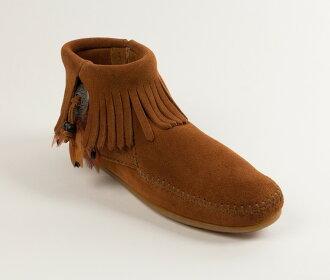 【Minnetonka 莫卡辛】棕色 - 麂皮流蘇羽毛踝靴【全店免運】